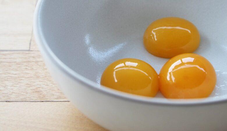 077fa881 Egg Yolks 2 780x450 - ترفند: جدا کردن زرده از سفیده تخم مرغ در سه سوت! + ویدئو