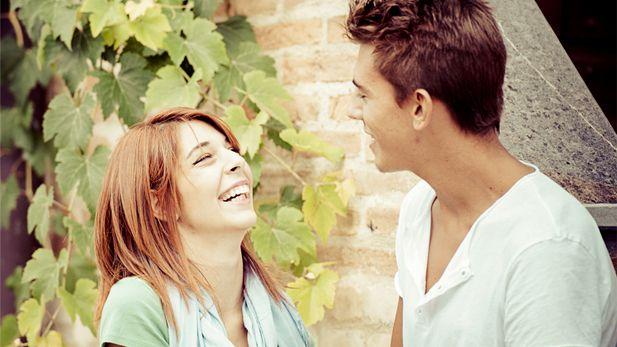 چگونه یک زن را عاشق خودتان کنید؟ 12 مهارت برای مجذوب کردن خانم ها
