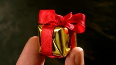 engagement gift 390x220 - هدایای نامزدی چیست؟ همه چیز در مورد هدیه دادن در دوران نامزدی