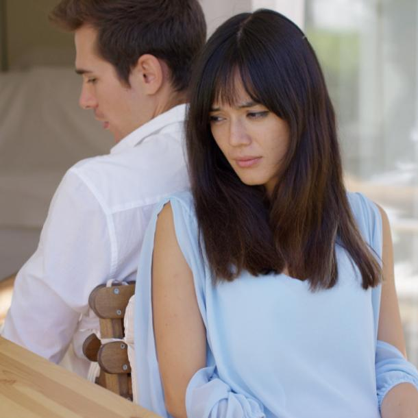 husband isnt love with you couple back to back - از کجا بفهمم شوهرم دوستم نداره؟ 20 نشانه دوست نداشتن همسر