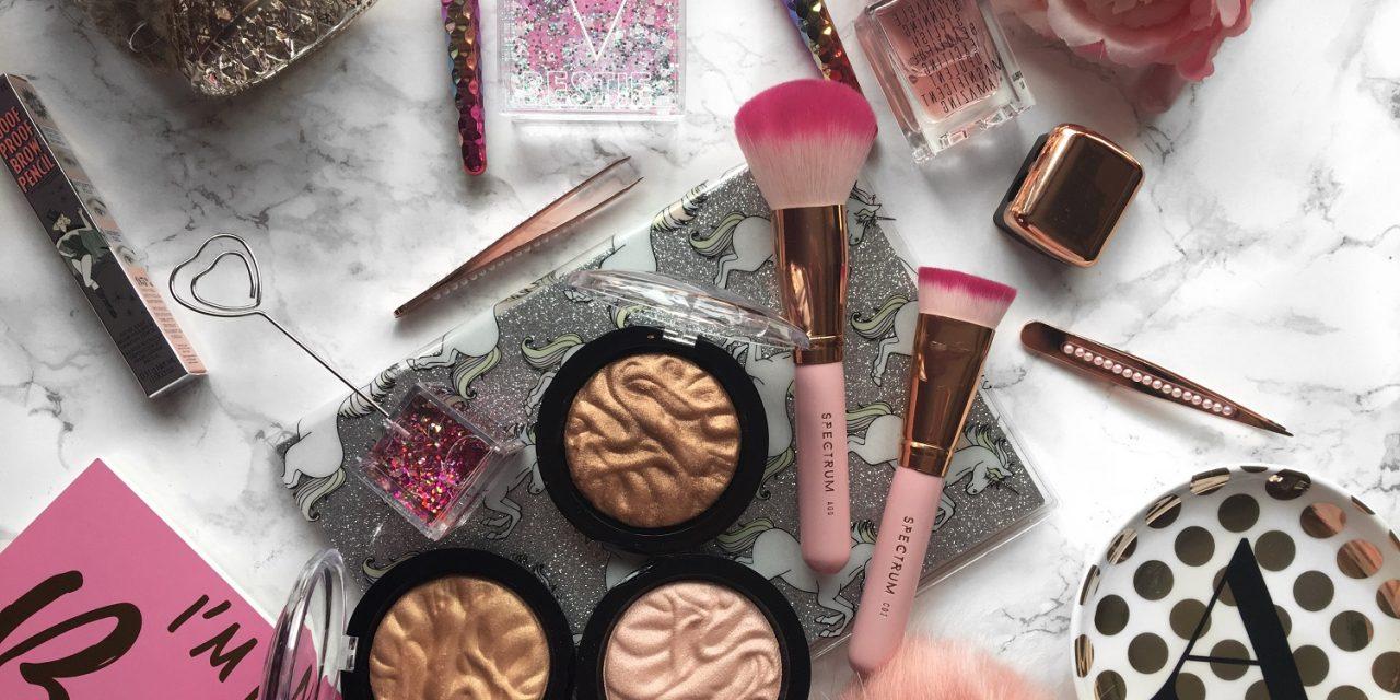 makeup revolution strobe highlighter flatlay 1280x640 1 - مدهای آرایشی تابستان به سبک ستارهها