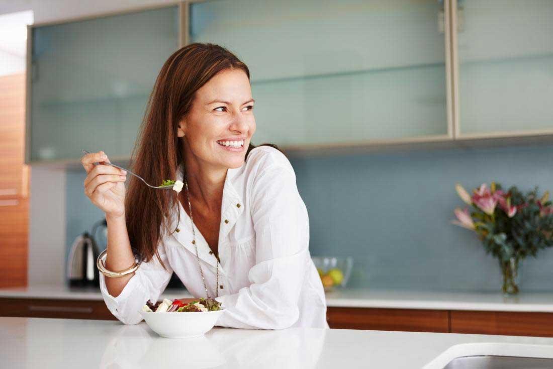چگونه کمتر غذا بخوریم؟ 15 راه مهار گرسنگی و کاهش اشتها