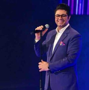 Hojat Ashrafzadeh Midanam 297x300 - دانلود آهنگ می دانم شبی در اوج زیبایی می آیی حجت اشرف زاده