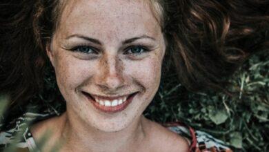 Smile 390x220 - زیبایی واقعی یک زن به چه معناست؟ زن شاد و زیبا کیست؟